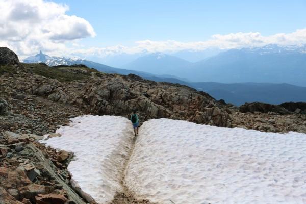 nieve en verano en camino sendero whistler canada