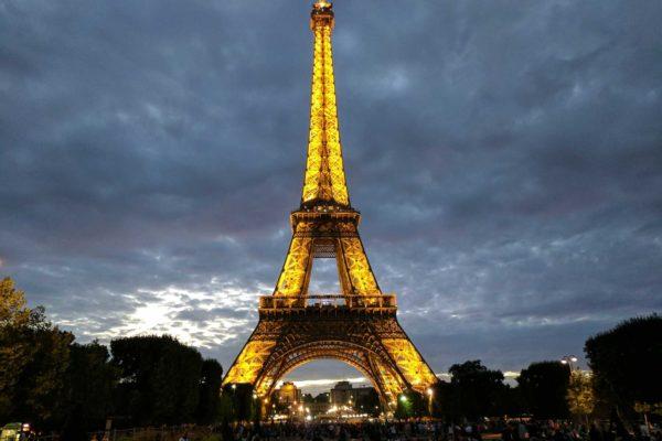 torre eiffel iluminada de noche paris francia
